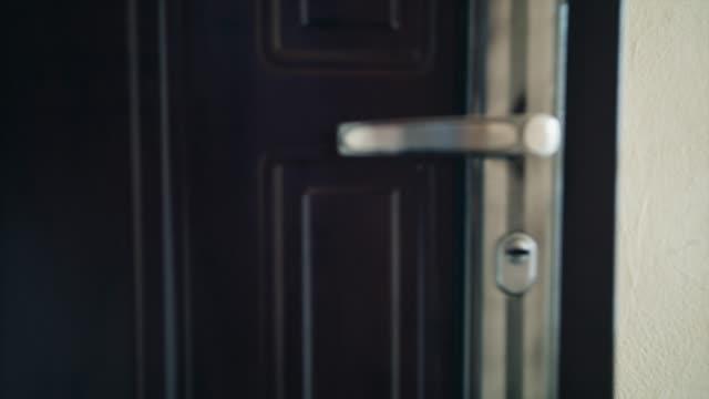 vídeos y material grabado en eventos de stock de cierre la manija de la puerta mientras se abre la puerta. símbolo de nueva esperanza, inicios frescos y hacer una entrada - manija
