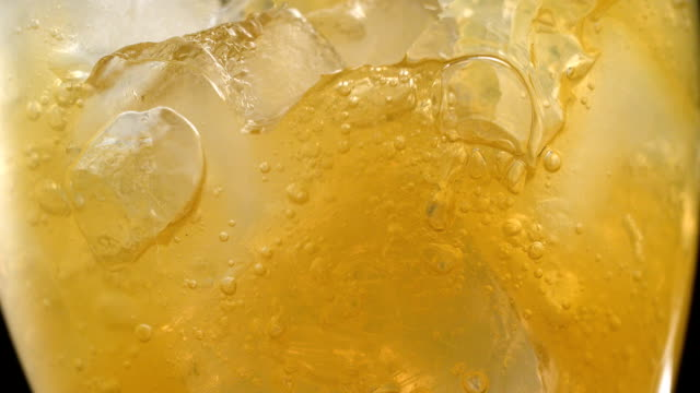 cam sarı gazlı içecek tam yakın çekim - küp buz stok videoları ve detay görüntü çekimi