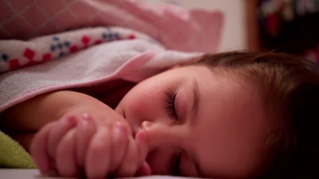 kleines mädchen schlafen hautnah - 2 3 jahre stock-videos und b-roll-filmmaterial