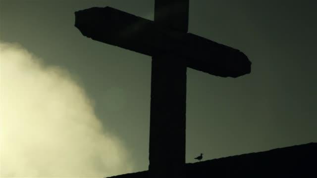 närbild på gamla sten kors inuti gården i kloster - korsform bildbanksvideor och videomaterial från bakom kulisserna
