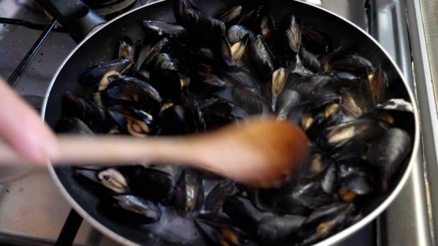 vidéos et rushes de gros plan sur les moules poivrées. goût, saveurs, authenticité - bivalve
