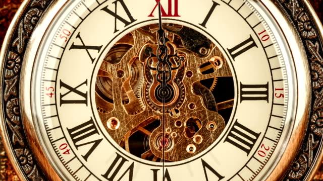 クローズアップにヴィンテージ時計 - 時計点の映像素材/bロール