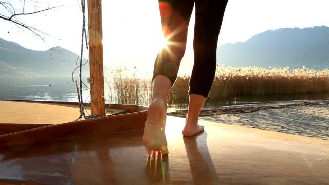 Frau die Füße stehen auf Boot über See hautnah – Video