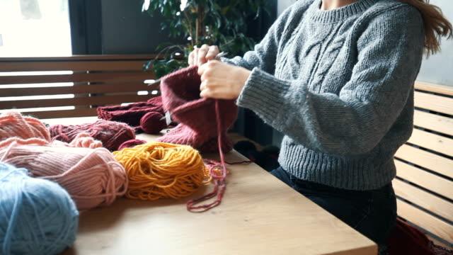 close up on woman's hands knitting - sztuka i rzemiosło wytworzony przedmiot filmów i materiałów b-roll