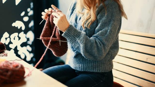 靠近女人的手編織 - 手工藝 個影片檔及 b 捲影像