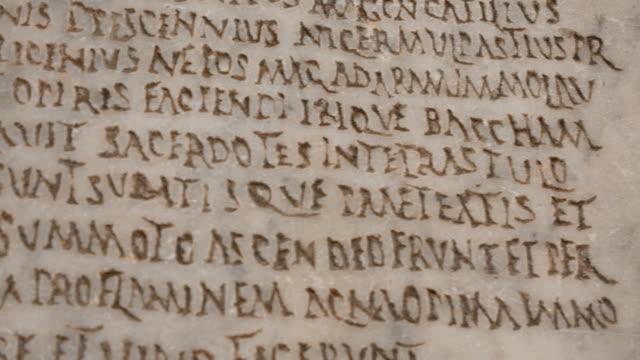 hautnah auf schriften gravur auf marmor - lateinische schrift stock-videos und b-roll-filmmaterial