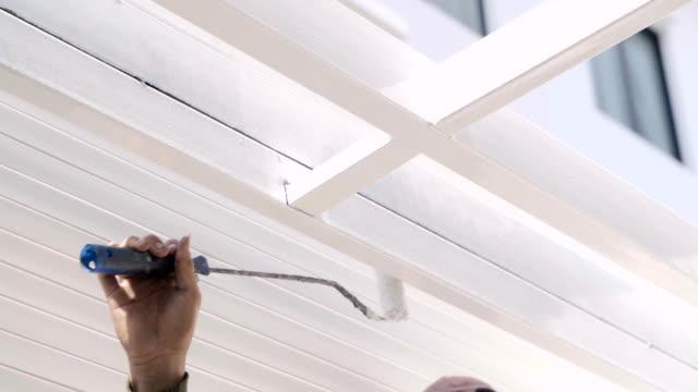 vídeos de stock e filmes b-roll de close up painter's hand painting ceiling. - white wall