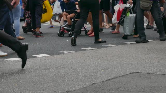 bouchent les gens marcher dans orchard road Singapour - Vidéo
