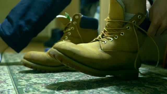 人関係をブーツの靴ひもを古典的な暖かい冬を閉じる - 革点の映像素材/bロール