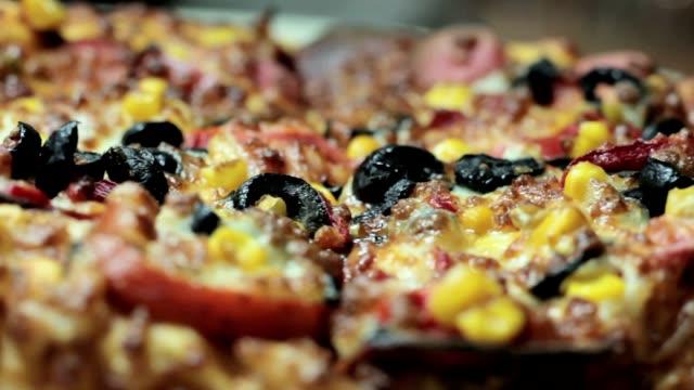 Tablo, yukarıdan, üstten görünüm üzerinde dönen pizza kapatın video