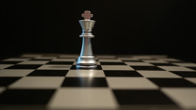nahaufnahme, schach zu spielen. - könig schachfigur stock-videos und b-roll-filmmaterial