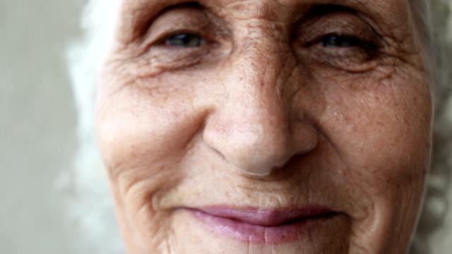 vídeos y material grabado en eventos de stock de retrato de una mujer senior feliz sonriendo de cerca. tiro de mano - sonrisa con dientes