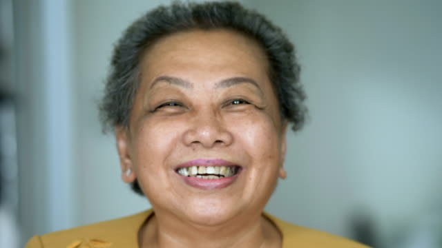 vídeos de stock e filmes b-roll de close up portrait of a happy senior woman smiling. handheld shot - medicare