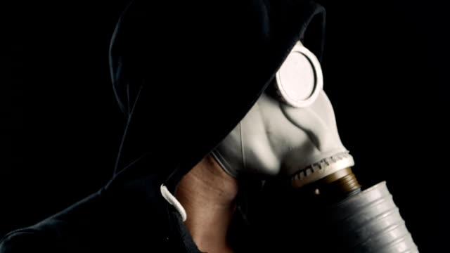 ガスマスクの男の肖像画を間近します。 - こっそり点の映像素材/bロール