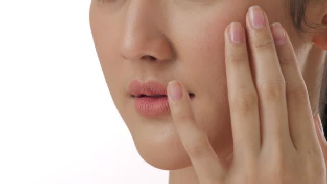 クローズ アップの顔、スローモーションのスキンケア発想の健康な皮膚に触れる美しい若いアジア女性の肖像画 - スタジオ 日本人点の映像素材/bロール