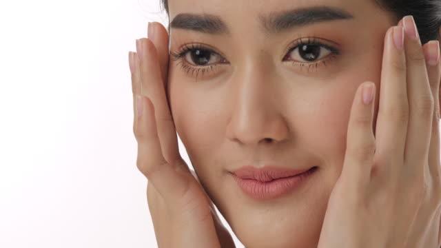 vídeos de stock, filmes e b-roll de fechar o retrato de mulher jovem e bonita asiático tocar o rosto e pele saudável em câmera lenta skincare conceito - skincare