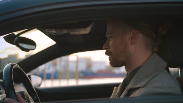 porträt der schönen rothaarigen mann in auto, seitenansicht schließen - karotte peace stock-videos und b-roll-filmmaterial
