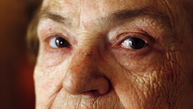 nära upp porträtt på gamla kvinnans ögon: porträtt av ledsen äldre kvinna - age bildbanksvideor och videomaterial från bakom kulisserna