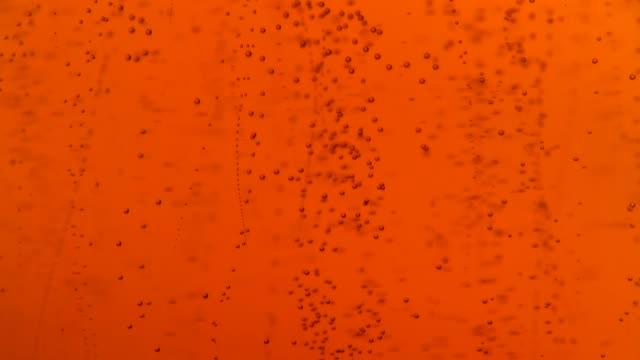 nahaufnahme strömenden dunkles bier mit luftblasen im glas - alkoholfreies getränk stock-videos und b-roll-filmmaterial