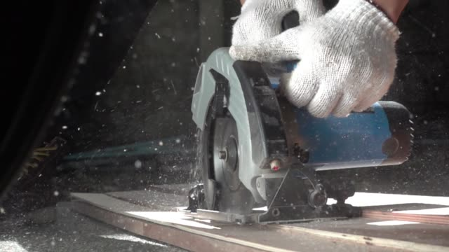 elektrowerkzeuge arbeiten hautnah - kreissäge stock-videos und b-roll-filmmaterial