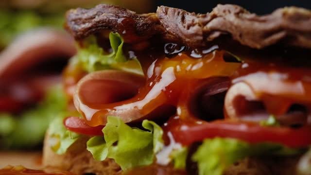 vídeos y material grabado en eventos de stock de cerrar la salsa roja en el sándwich con verduras - comida gourmet