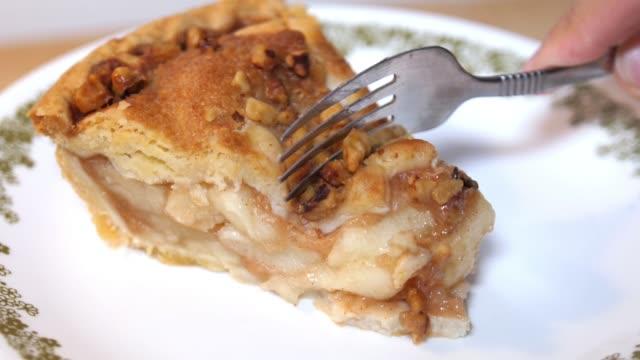 close up rotating shot of apple pie - nadziewany placek filmów i materiałów b-roll