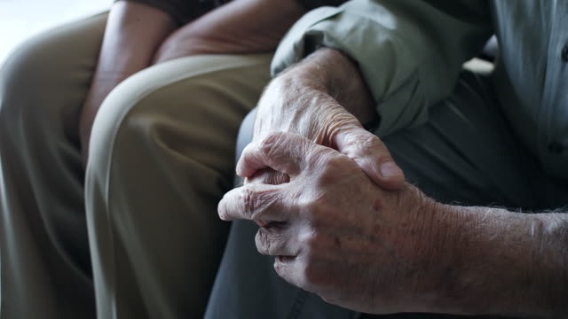 primo tempo, uomo anziano strinse le mani - fragilità video stock e b–roll