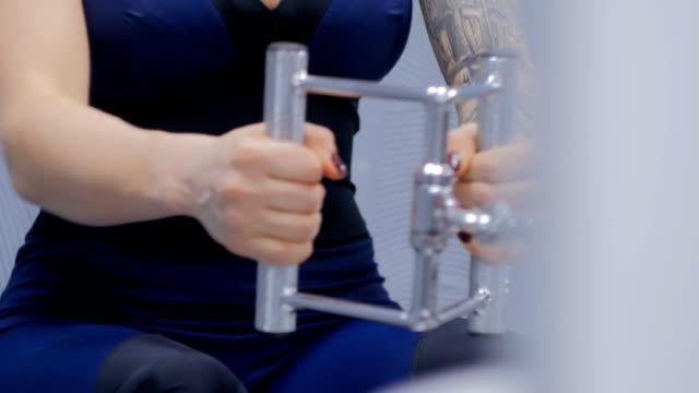 vídeos y material grabado en eventos de stock de tiro de cerca. joven atlética elaboración en equipo de ejercicio fitness - sudadera