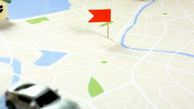 stockvideo's en b-roll-footage met close-up shot hand van kinderen en moeder pinning kleur pin op de metafoor van de kaart planning voor vervoer en reizen - roadmap