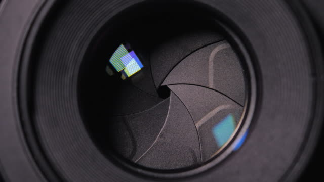 vídeos de stock, filmes e b-roll de close up shot lente frente lado exposto lâminas diafragma f parar ajuste de abertura da câmera dslr para o conceito de fotografia - característica arquitetônica