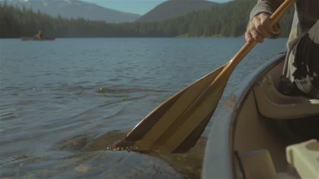 stockvideo's en b-roll-footage met close-up shot van een roei peddel op een drifting boot - paddle
