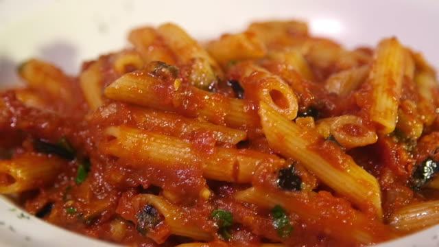 vidéos et rushes de fermez-vous vers le haut du projectile d'un bolognese de spaghetti à l'intérieur d'un restaurant. - spaghetti bolognaise