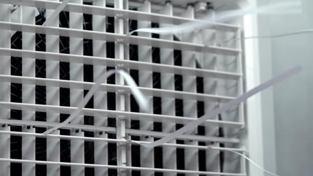 vídeos de stock, filmes e b-roll de feche acima do tiro do ventilador de sopro do refrigerador evaporativo - ar condicionado