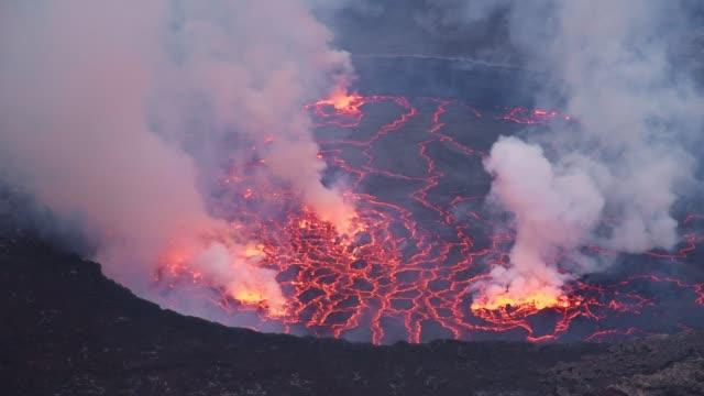 nahaufnahme des lavasees im krater des aktiven vulkans nyiragongo voller rauch - vulkan stock-videos und b-roll-filmmaterial