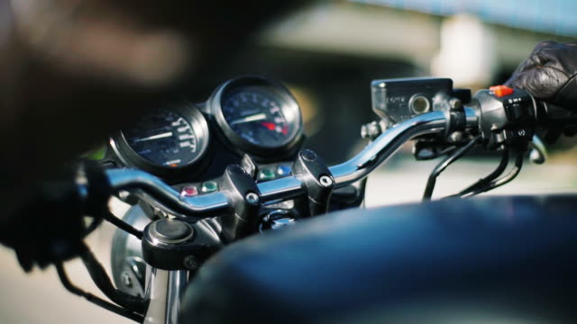 vídeos y material grabado en eventos de stock de cierre toma de barra de motocicleta - manija