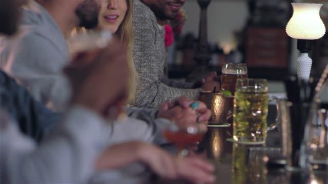 vídeos de stock, filmes e b-roll de close-up tiro de pessoas num bar a beber álcool - costumer