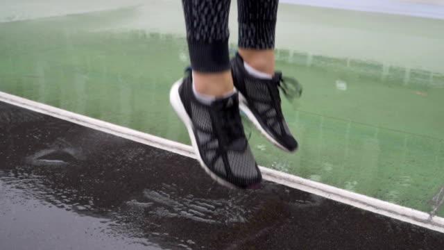 Schuss des Läufers Schuhe hautnah. Läufer, die immer bereit für das Training. 120fps – Video