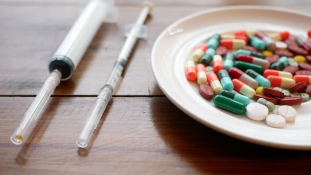 dize ve tıbbi kapsül atış kapatın - doping stok videoları ve detay görüntü çekimi