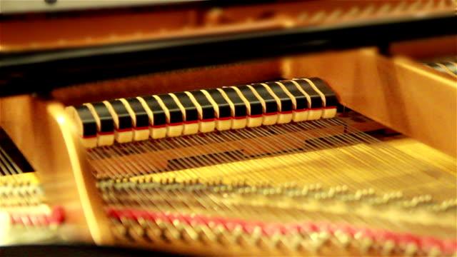 nahaufnahme der innenseite eines klassische klavierstücke wie es gespielt wird. - innerhalb stock-videos und b-roll-filmmaterial