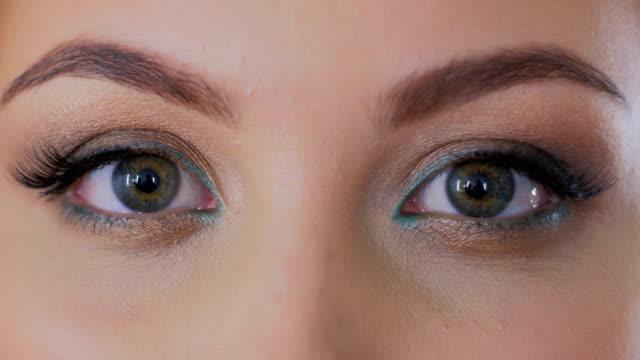 彼女の目を開く女性のショットを閉じる - まつげ点の映像素材/bロール