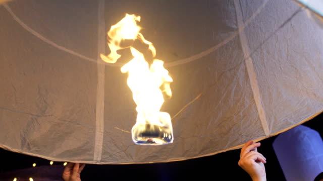 закрыть sky фонарь лой krathong традиционный фестиваль - ноябрь стоковые видео и кадры b-roll