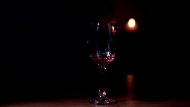 nahaufnahme, zeitlupe clip, rotwein gießt in ein glas. - rotwein stock-videos und b-roll-filmmaterial