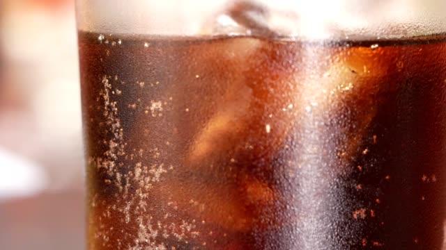 vídeos de stock e filmes b-roll de close up soft drink in glass - bebida fresca