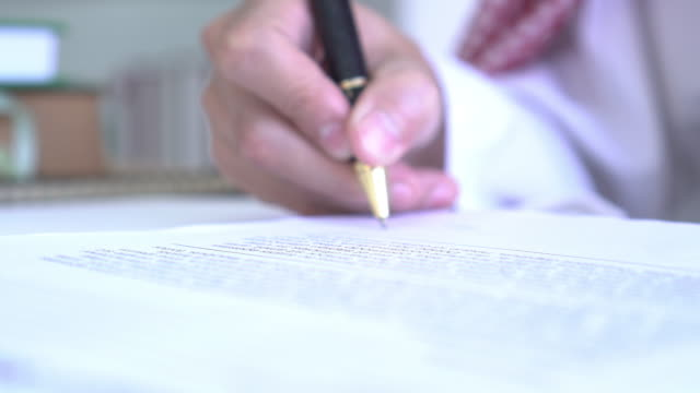 close up use pen to sign contract - rapporto video stock e b–roll