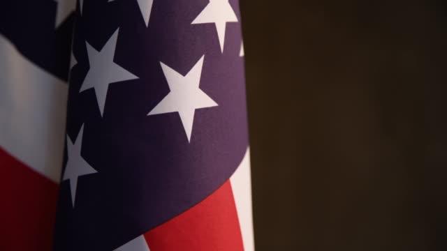 vídeos y material grabado en eventos de stock de cierre de sesión de vídeo de la bandera americana en fondo oscuro - memorial day