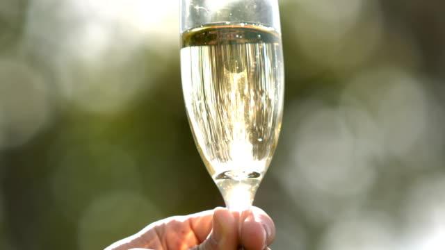 vidéos et rushes de gros plan vue d'un de champagne - flûte à champagne