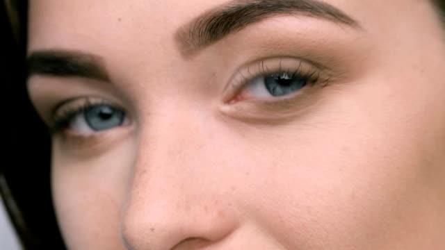 vídeos de stock e filmes b-roll de close up view of blue woman eyes with beautiful golden shades - transatlântico