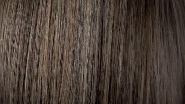 yavaş hareket saç bakım görünümü yakın - peruk stok videoları ve detay görüntü çekimi
