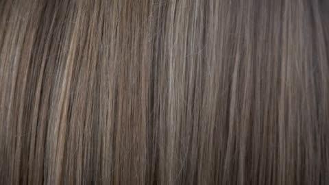 vídeos de stock e filmes b-roll de close up view of hair care in slow motion - cabelo