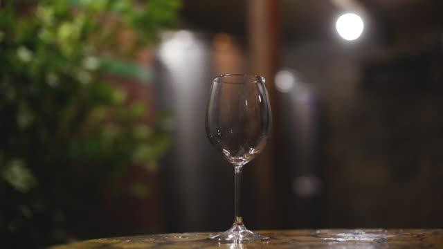 nahaufnahme des rosenweingießens, auf dem verschwommenen hintergrund mit lichtern - cabernet sauvignon traube stock-videos und b-roll-filmmaterial